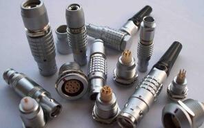 电连接器的基本结构件包括